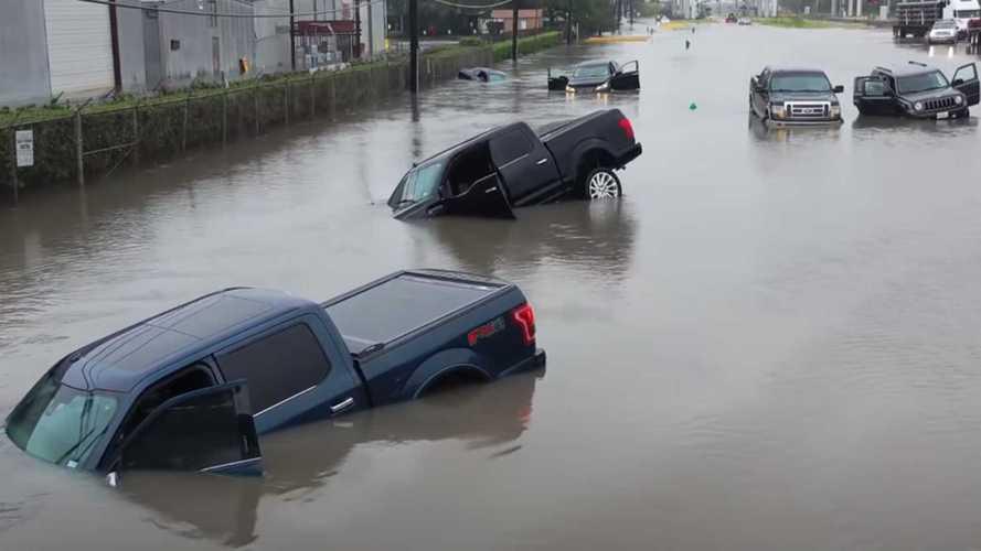 Drónfelvételen látszik, mennyi autót nyeltek el az áradások a héten Houstonban