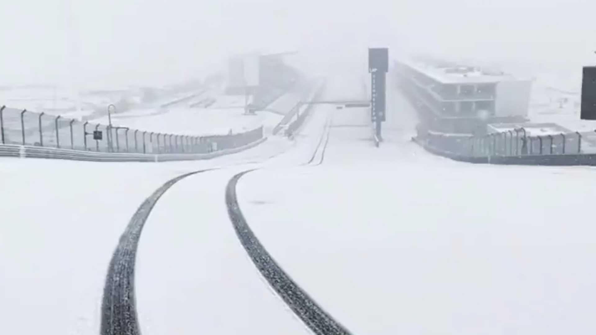 Посмотрите на трассу Америки в Техасе, полностью покрытую снегом