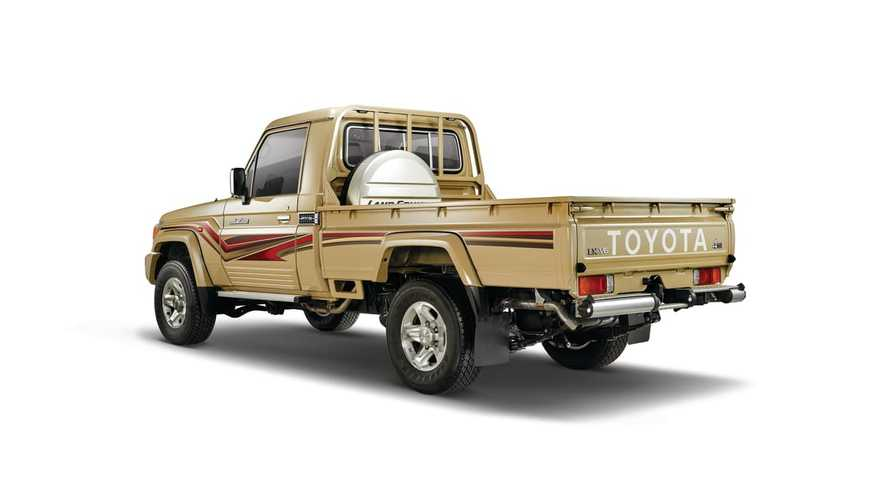 Toyota Land Cruiser 70 и FJ Cruiser из ОАЭ