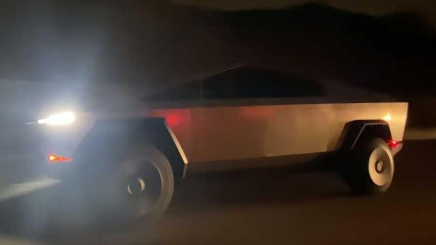 Tesla Cybertruck'ı otobanda hareket halinde görün