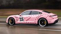 Porsche Taycan con decoraciones clásicas