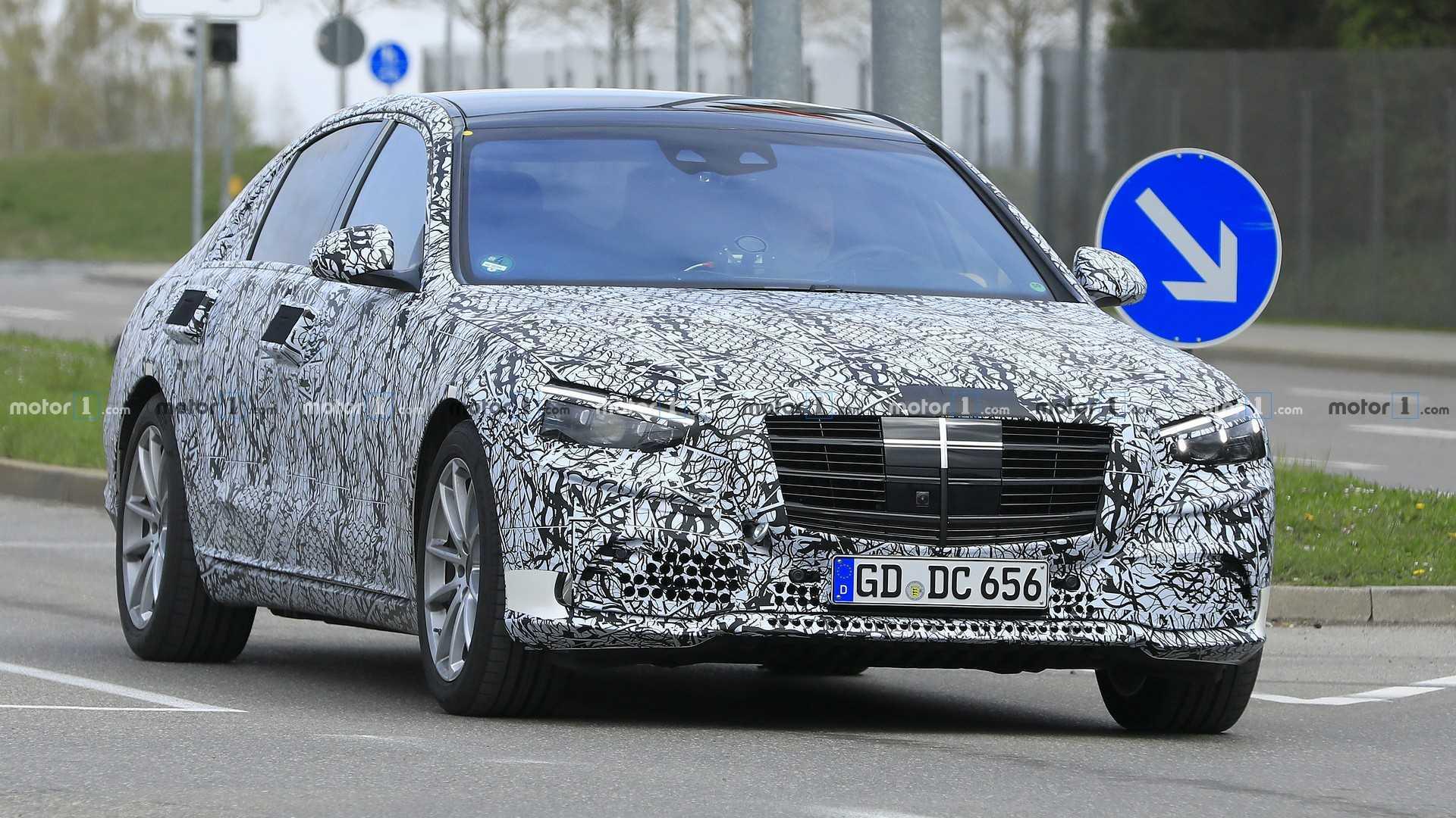Новый Mercedes-Benz S-Class показал решётку радиатора и фары