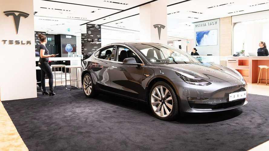 Tesla Model 3 è a Roma, nel Temporary Store della Rinascente