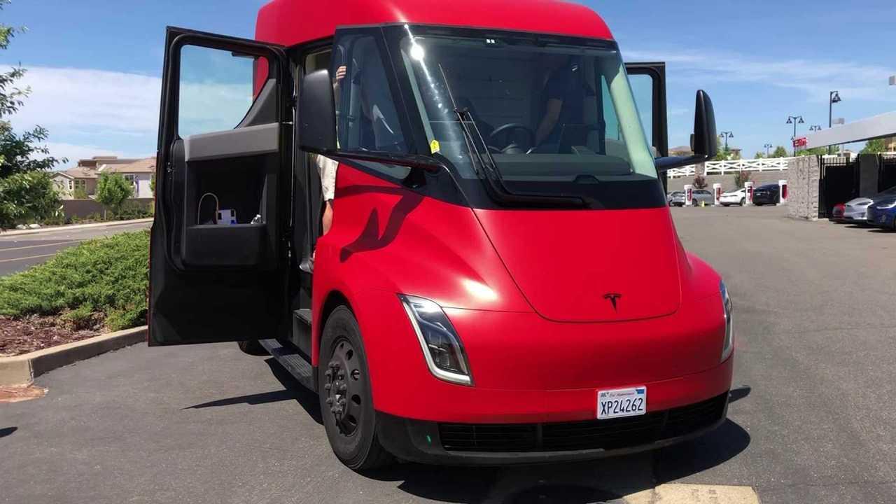 Una motrice del Tesla Semi rossa