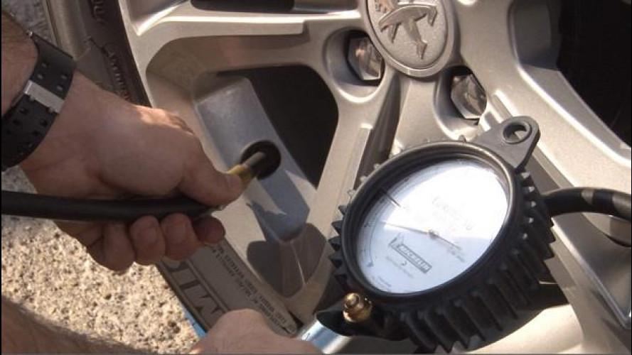 Pneumatici, controllarne la pressione dal benzinaio è