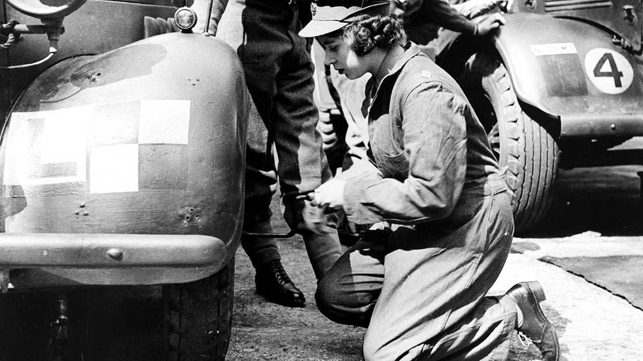 La regina Elisabetta II cambia una ruota
