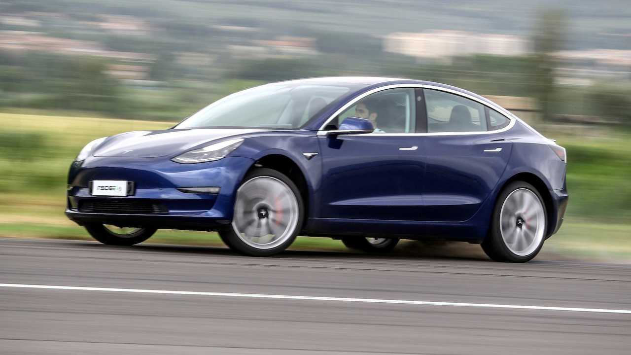 Tesla Model 3 VS Alfa Romeo Giulia Quadrifoglio, challenge between present and future