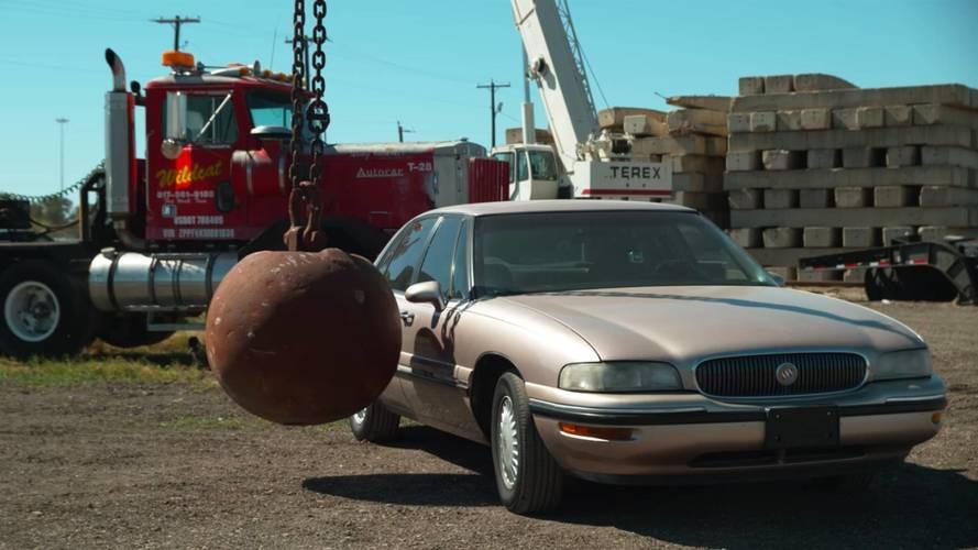 ¿Qué pasa cuando golpeas un coche con una bola de demolición?