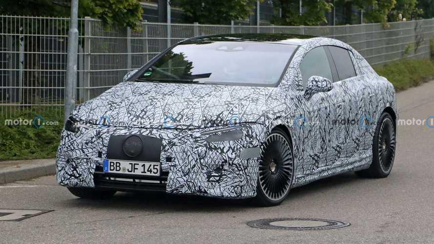 «Заряженный» Mercedes-AMG EQE поймали на тестах (20+ фото)