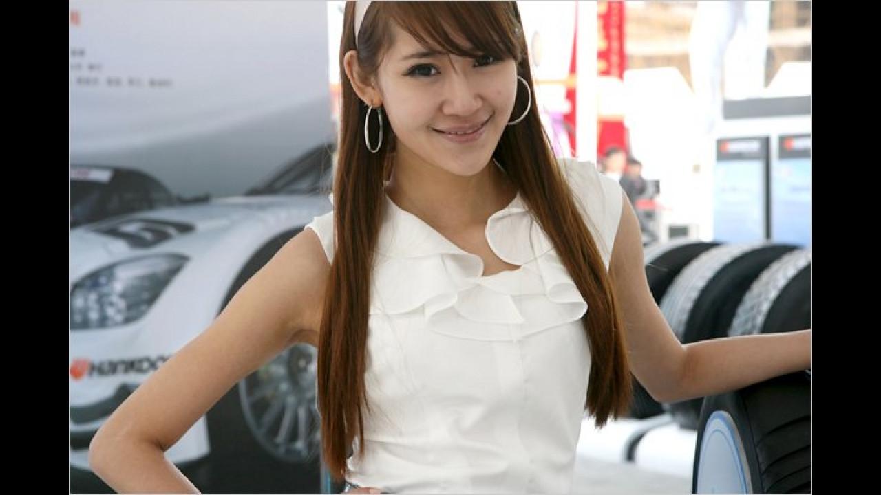 Hier eine Dame bei der Reifen-Prüfung