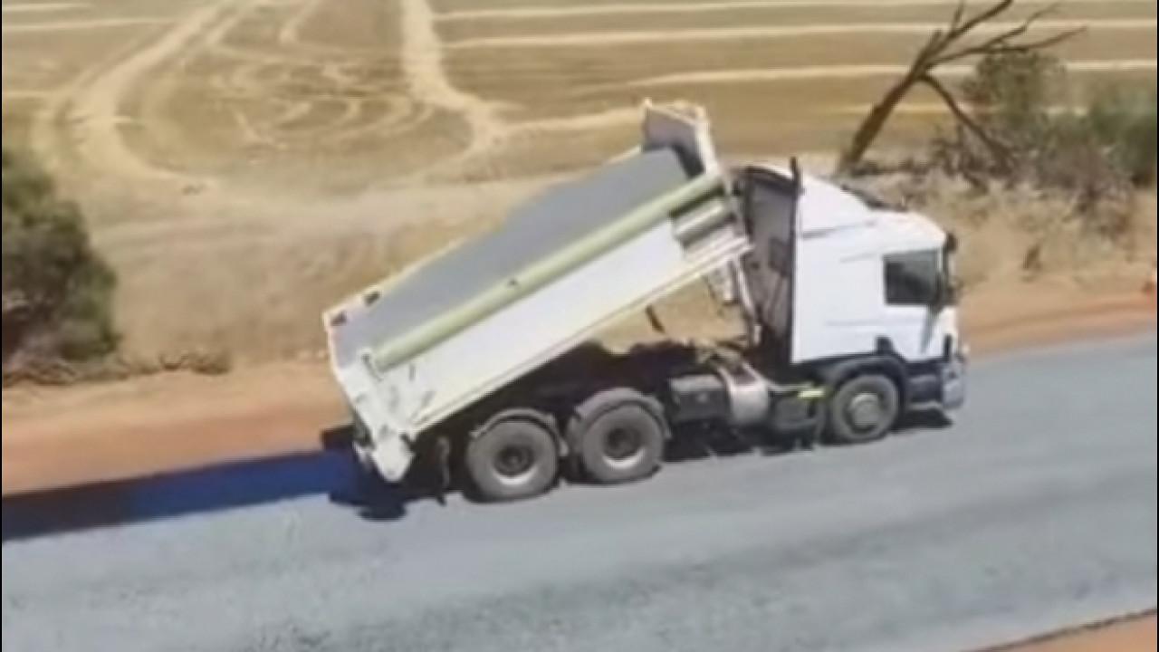 [Copertina] - Australia, l'asfaltatura della strada diventa virale [VIDEO]