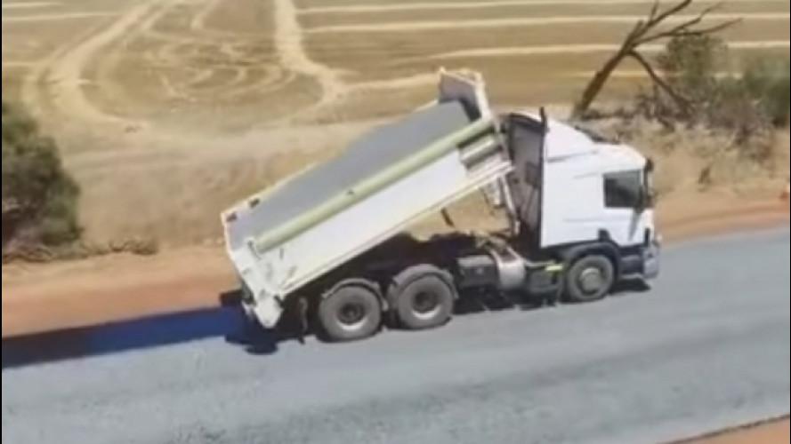 Australia, l'asfaltatura della strada diventa virale [VIDEO]
