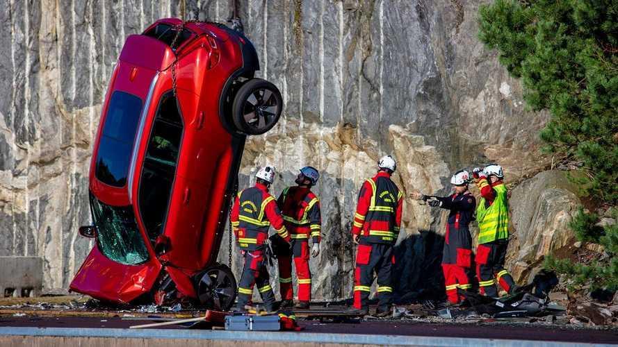 Volvo joga carros de 30 metros de altura em teste de colisão; assista ao vídeo