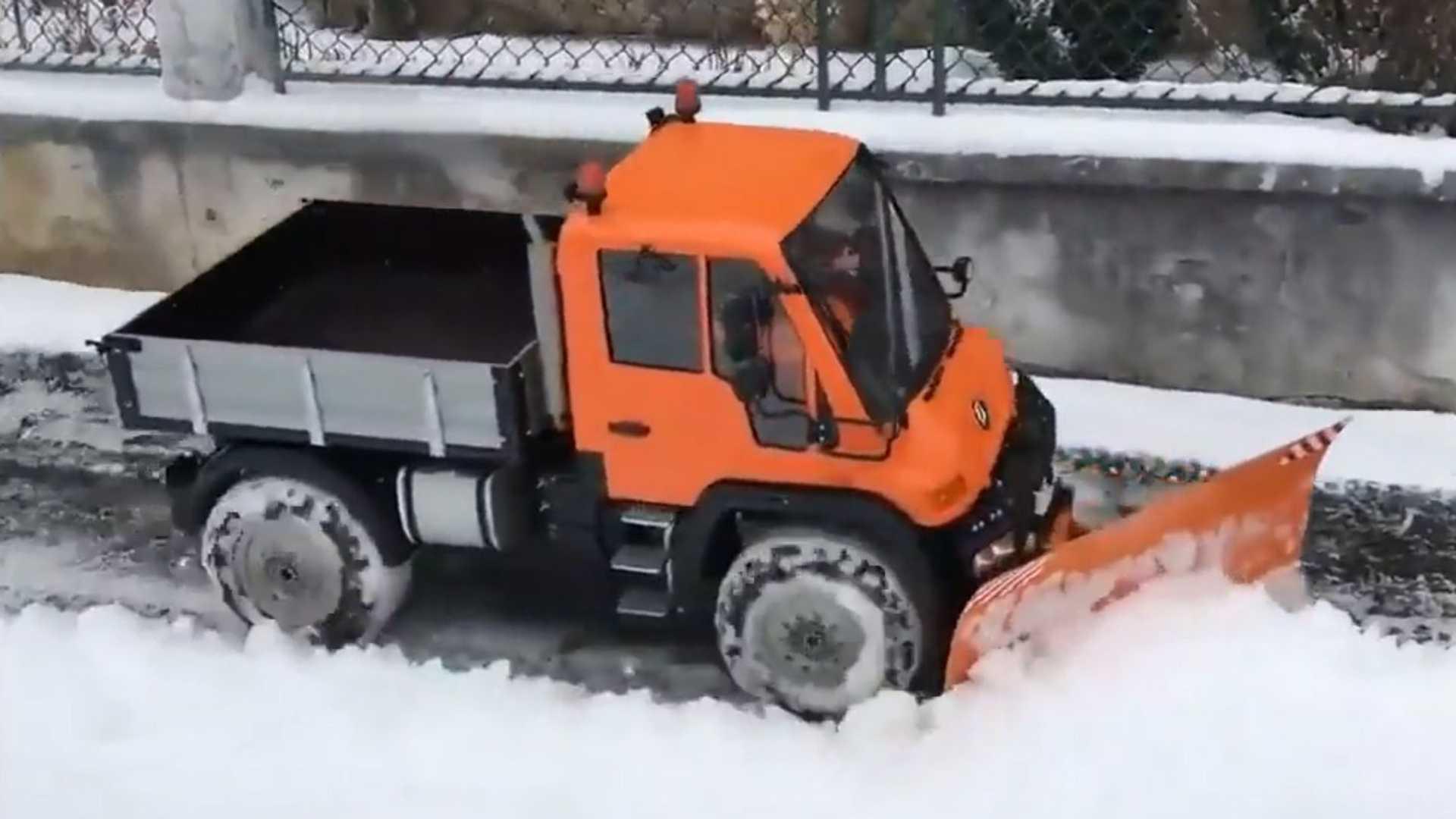 Снежный плуг Epic RC Unimog — лучший способ выжить в снежном покалипсисе