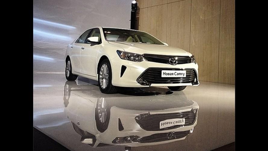 """Toyota Camry 2015 com visual """"menos sério"""" é revelado na Rússia"""
