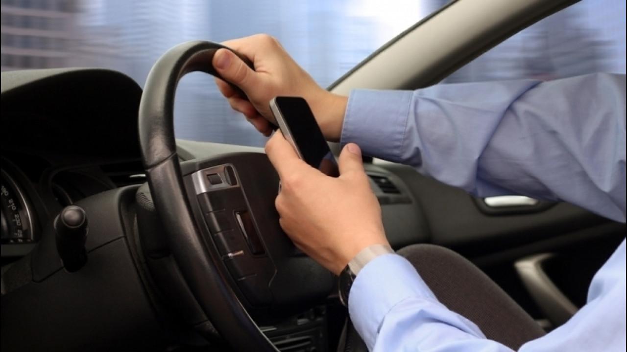 [Copertina] - Ritiro patente per guida con smartphone in mano, il Governo accelera