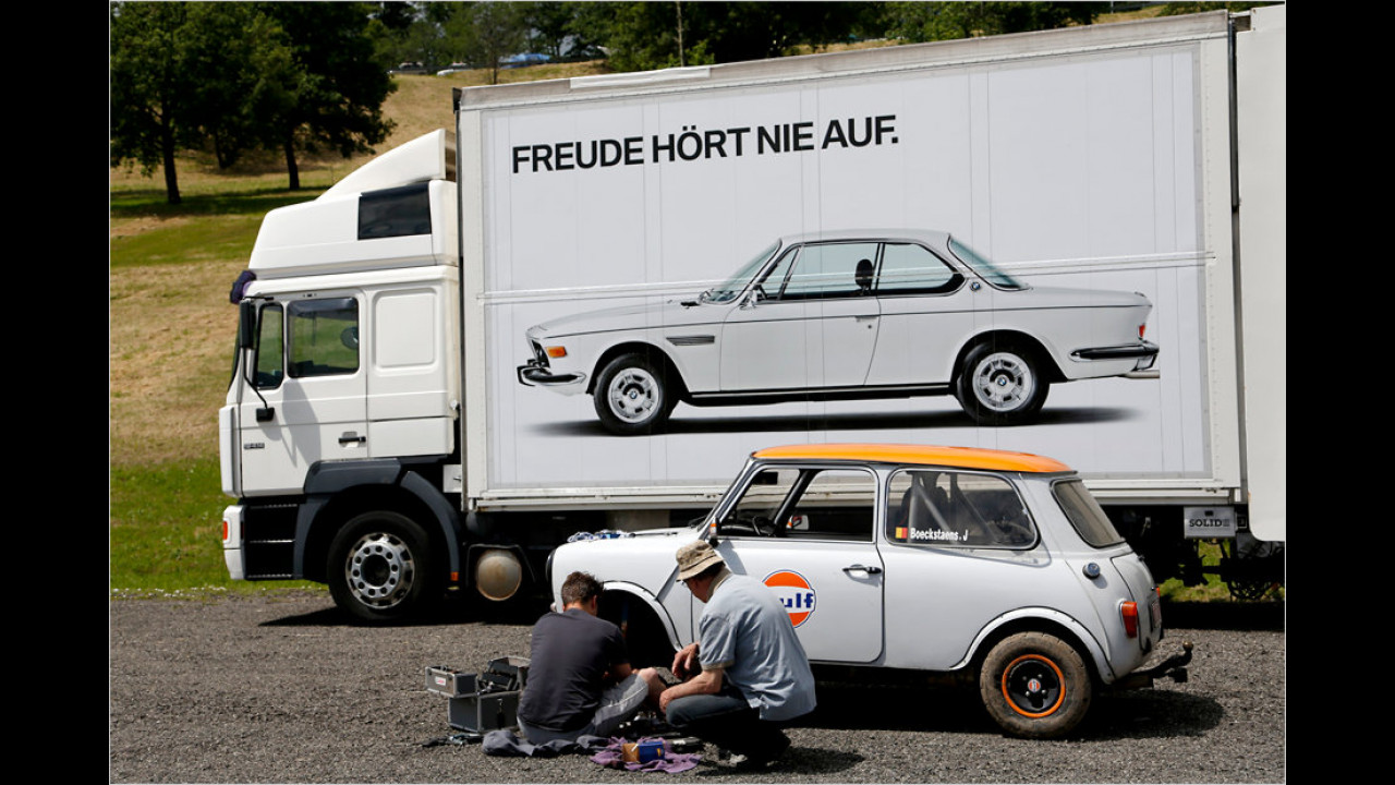 Ob diese Belgier wohl wissen, was die Aufschrift auf dem LKW bedeutet? Er passt auf jeden Fall bestens ins Bild.