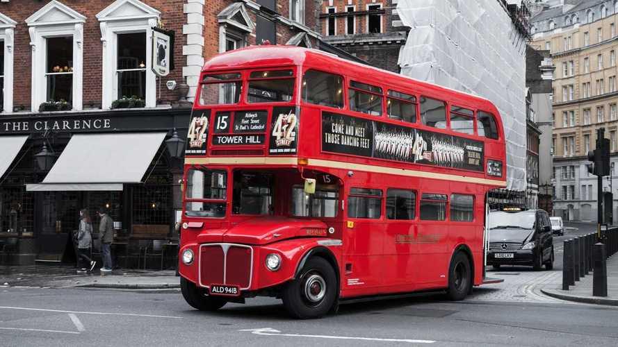 Red double-decker bus in London   Foto Motor1.com