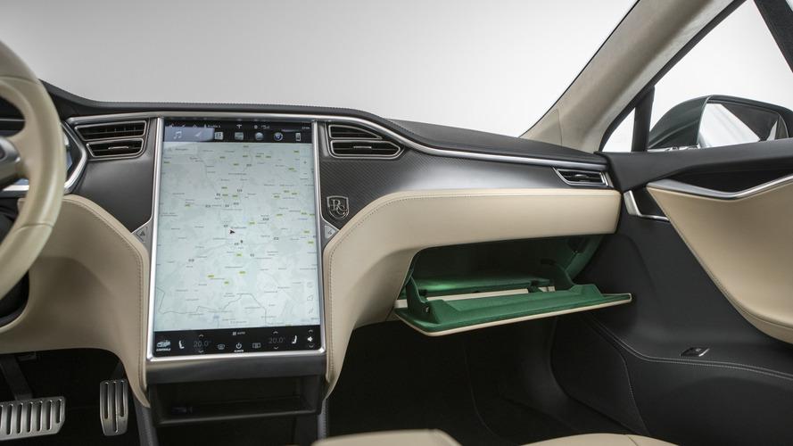 Hamarosan csak PIN-kóddal lesznek indíthatók a Tesla modelljei