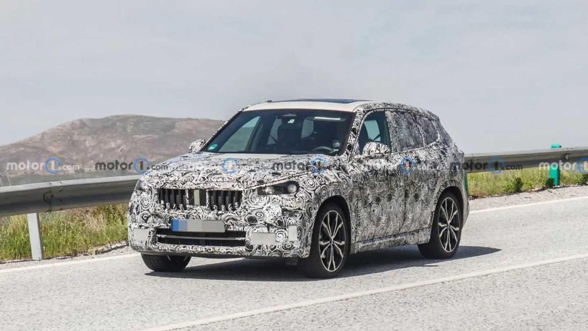 2022 BMW X1 new spy photo (front three-quarters)