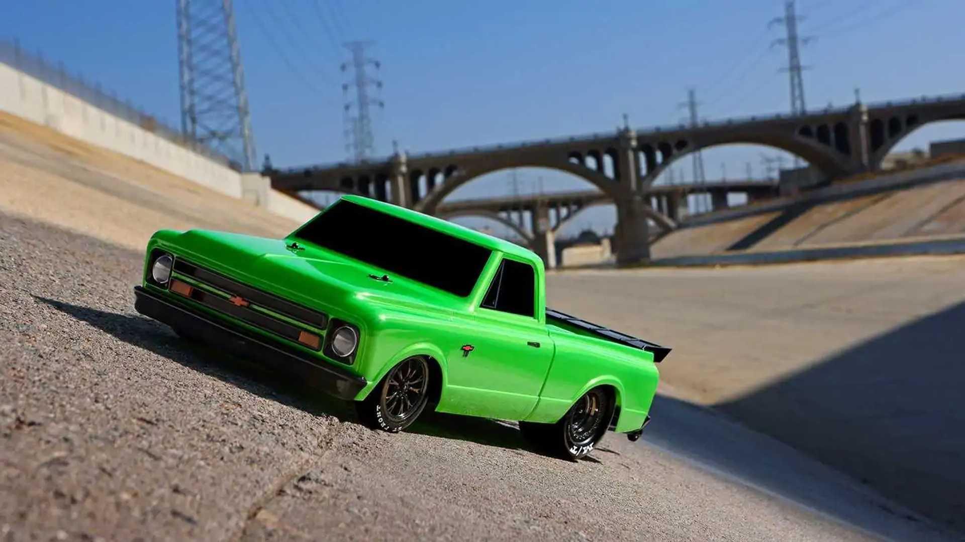 Traxxas Drag Slash: vista frontal de la camioneta Chevy a escala 1:10