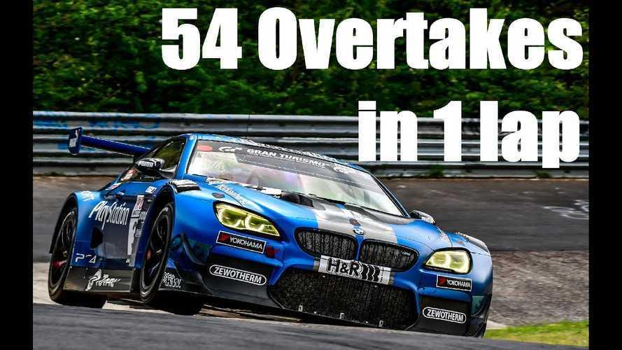 Videón, ahogy egy BMW M6 GT3 54 autó mellett húz el egy körön a Nürburgringen