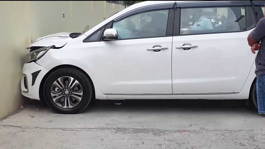 Kia Sedona Slams Into Wall Seconds After Owner Takes Delivery
