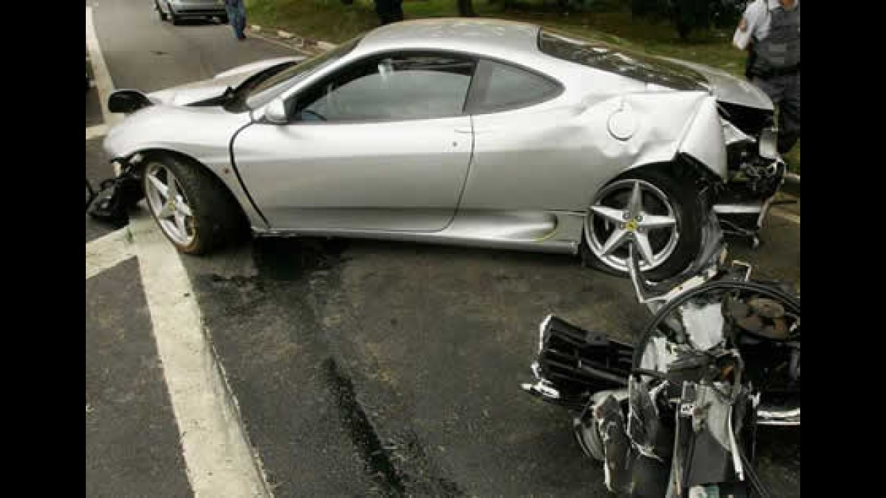 Ferrari a 200 km/h bate em árvore na Marginal Pinheiros