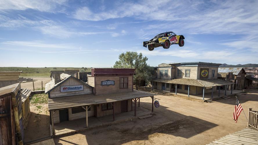 Red Bull Trophy Truck Terkedilmiş Kasabanın Üzerinden Atlıyor