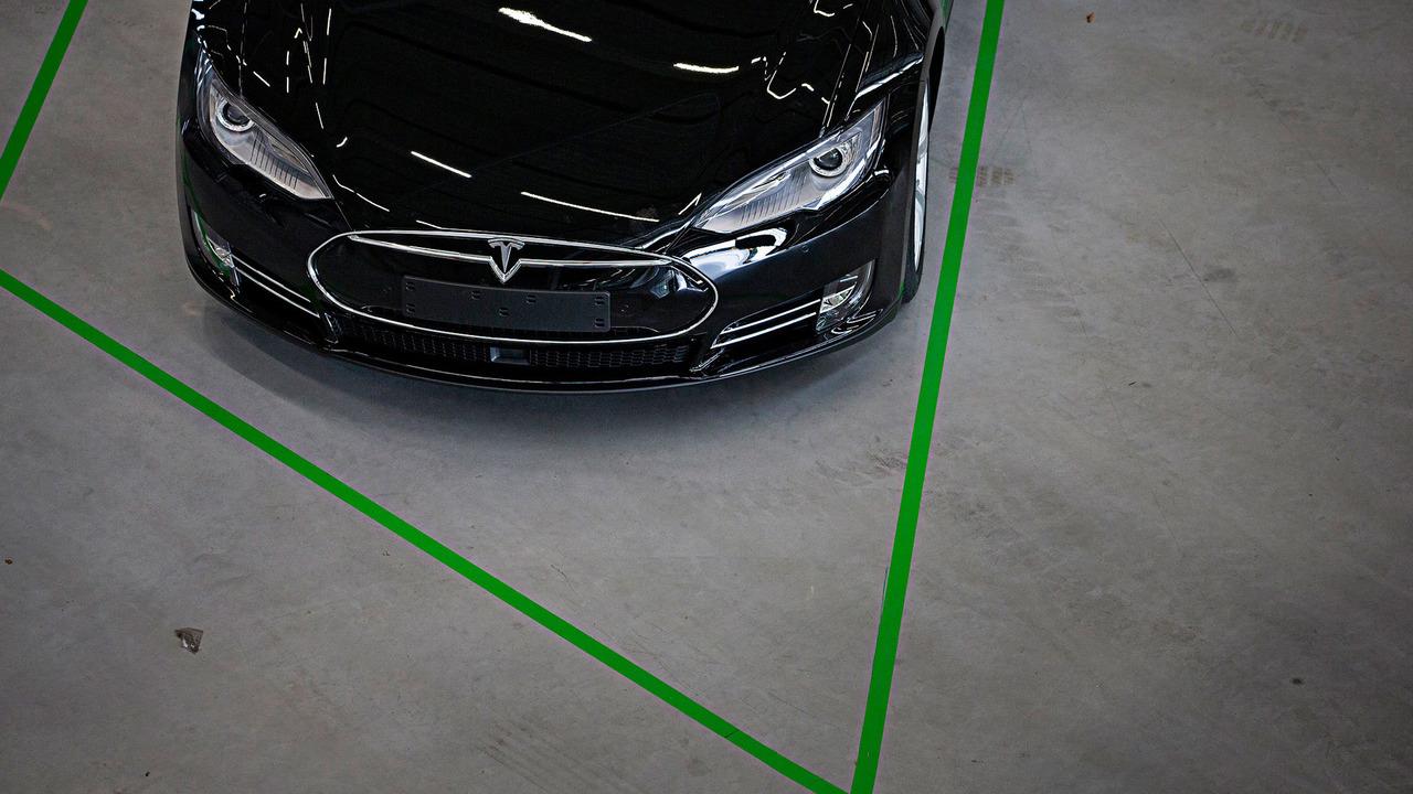 Tesla Model S (UK-spec)