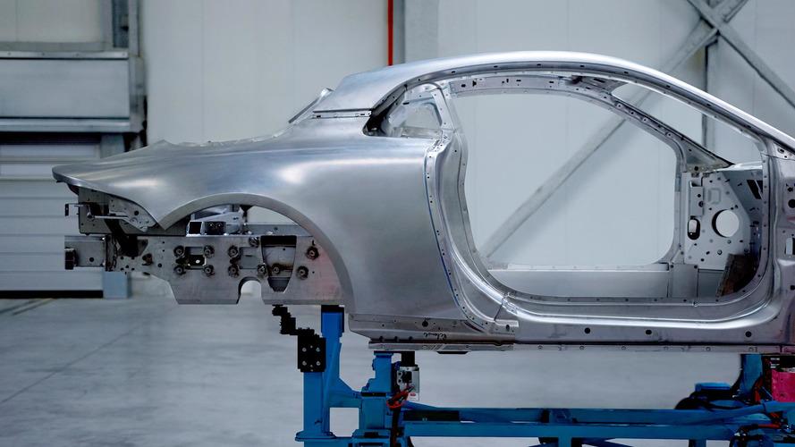Alpine A120'nin kıvrımlı alüminyum gövdesine bir göz atın