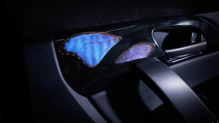 İçinde gerçek kelebekler bulunan Acura MDX
