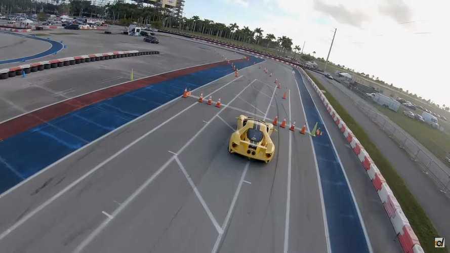 Videó: Egy drónnal és egy Teslával versenyez a Ford GT az autókrossz-pályán