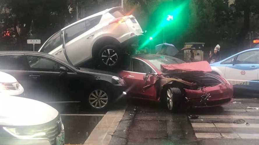 Videó: Karcolás nélkül bírta ki a Tesla Model 3 üvegteteje, hogy rámászott egy SUV