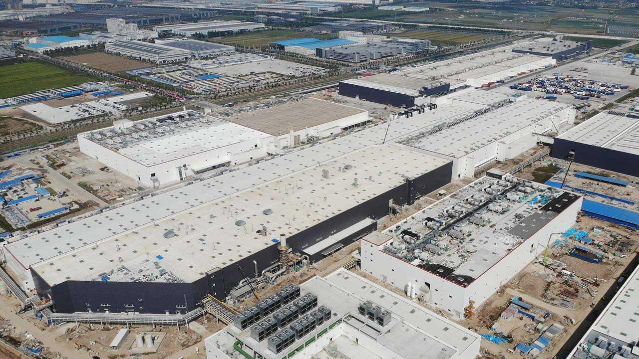 Tesla Giga Shanghai (Tesla Gigafactory 3) - Model Y factory (foreground), Model 3 factory (background)
