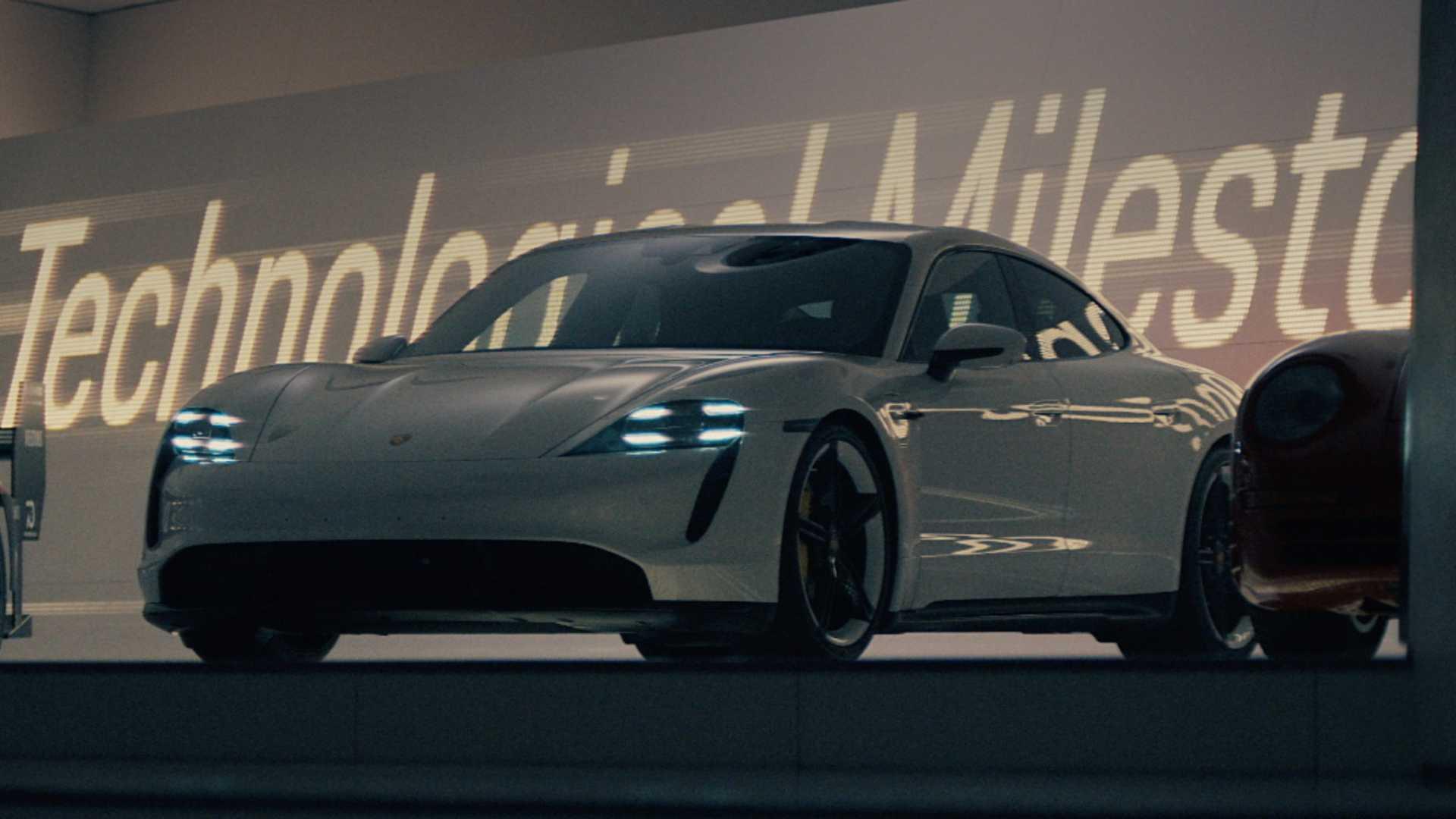 Taycan, bólidos y un ninja en el comercial del Super Bowl de Porsche