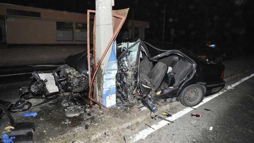 Versenyzés közben csapódott egy BMW villanyoszlopnak Budapesten