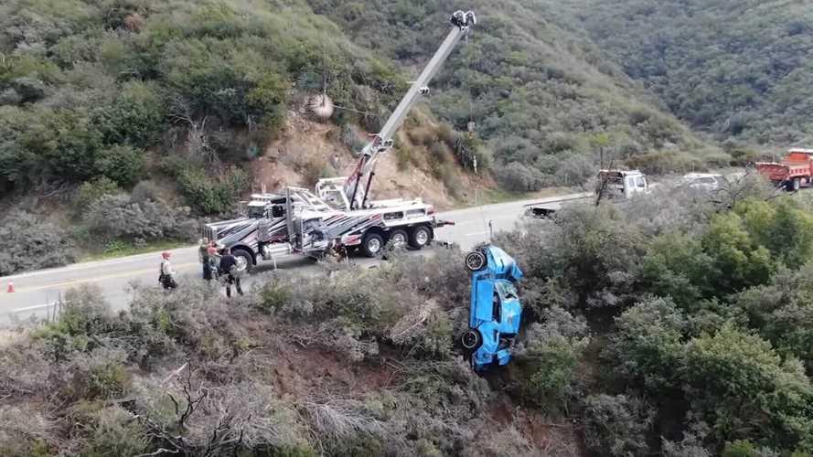 Tízméteres szakadékból húzott ki egy Mustangot egy kaliforniai autómentő cég