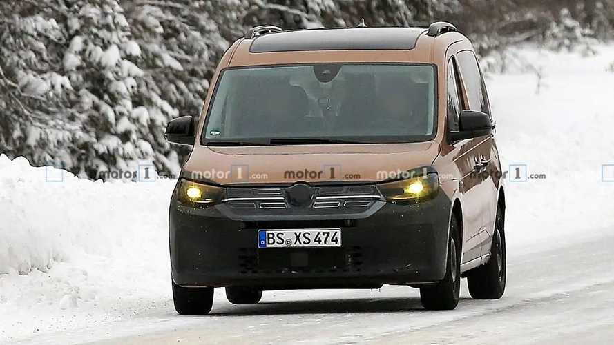 """VW Caddy, le foto-spia del prototipo """"travestito"""" da Dokker"""