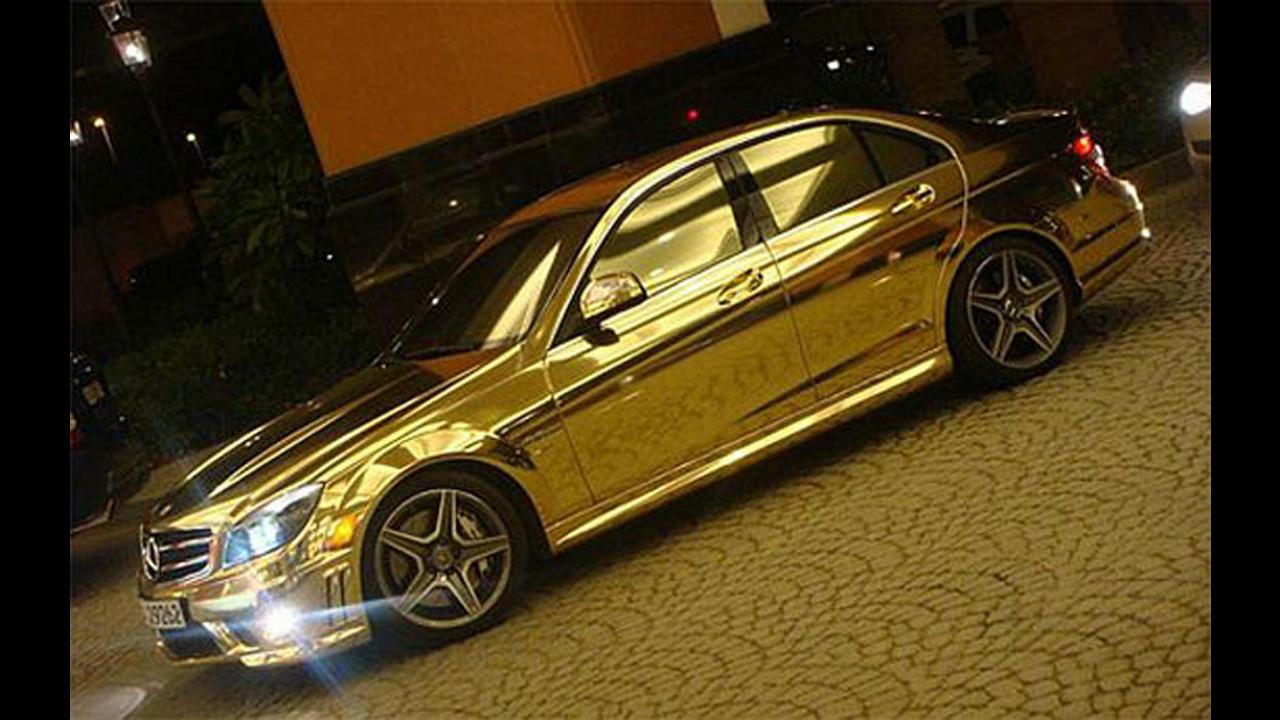 Mercedes C63 AMG vestita d'oro