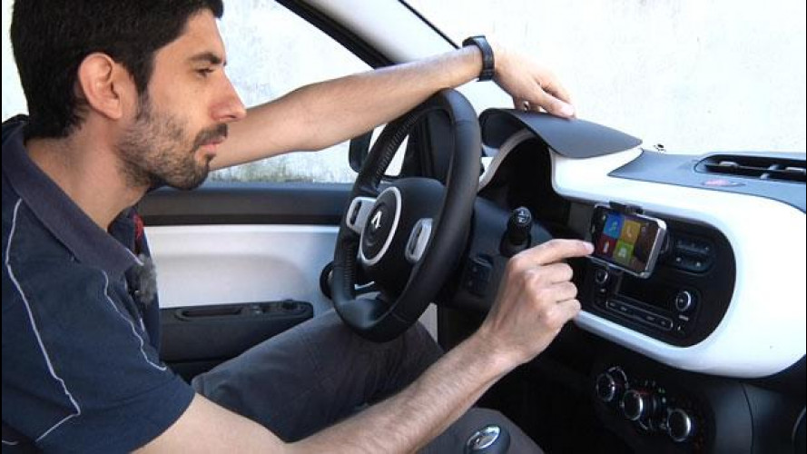 Renault Twingo, supporto smartphone a prova di studenti [VIDEO]
