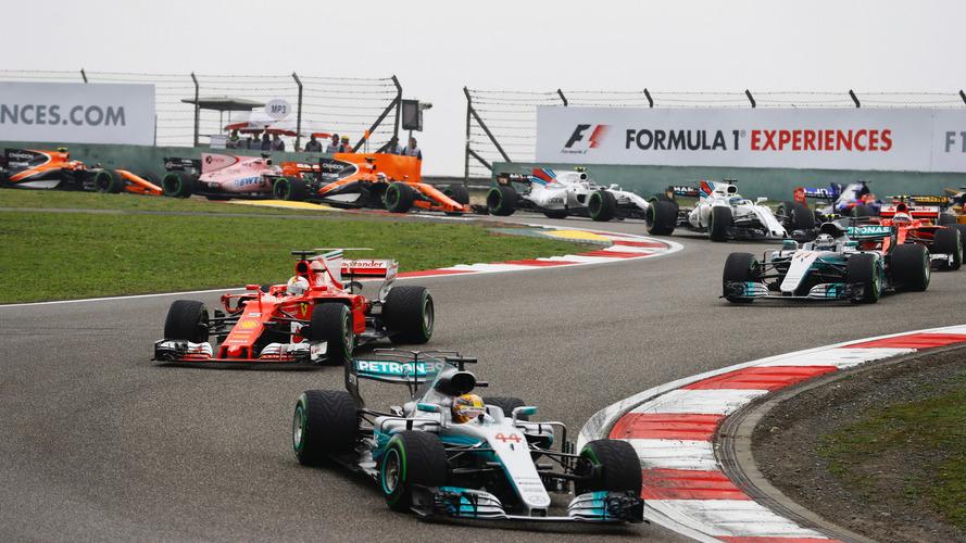 Lewis Hamilton, Mercedes AMG F1 W08, lidera a Sebastian Vettel, Ferrari SF70H, Valtteri Bottas, Mercedes AMG F1 W08, Kimi Raikkonen, Ferrari SF70H, Nico Hulkenberg, Renault Sport F1 Team RS17