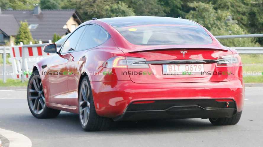 Tesla Model S Plaid Tabrak Pagar Usai Salip Mercedes dan BMW i4