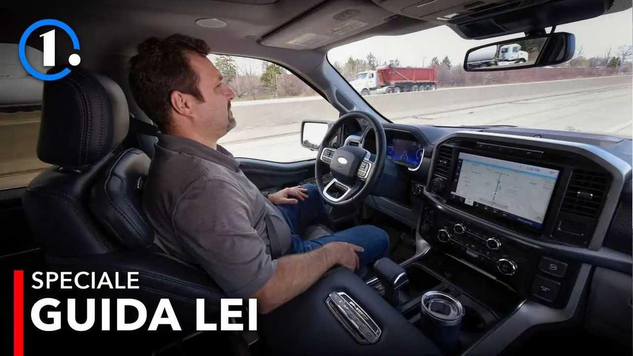 Provare un'auto senza guidarla: come va la guida autonoma Ford