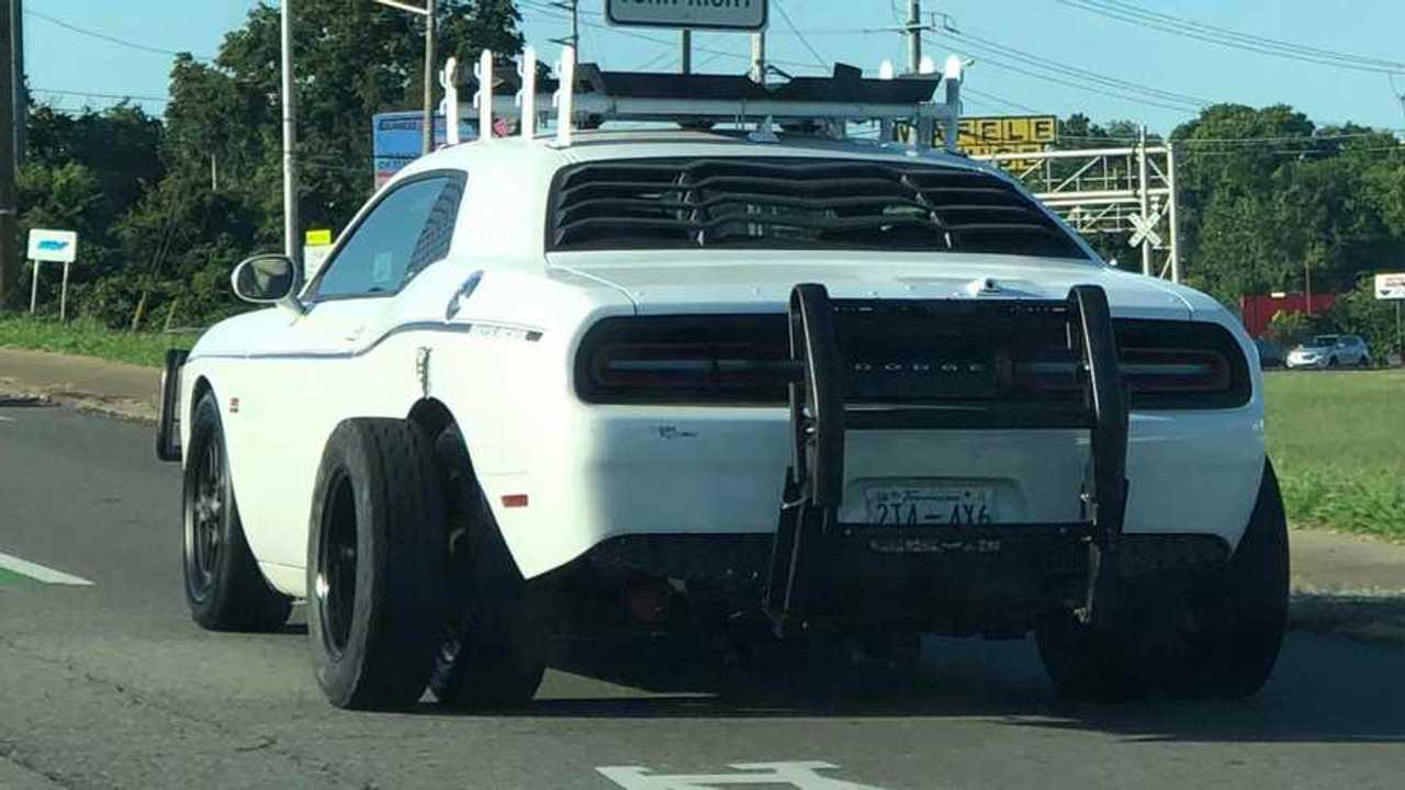 Hatkerekű Dodge Challenger