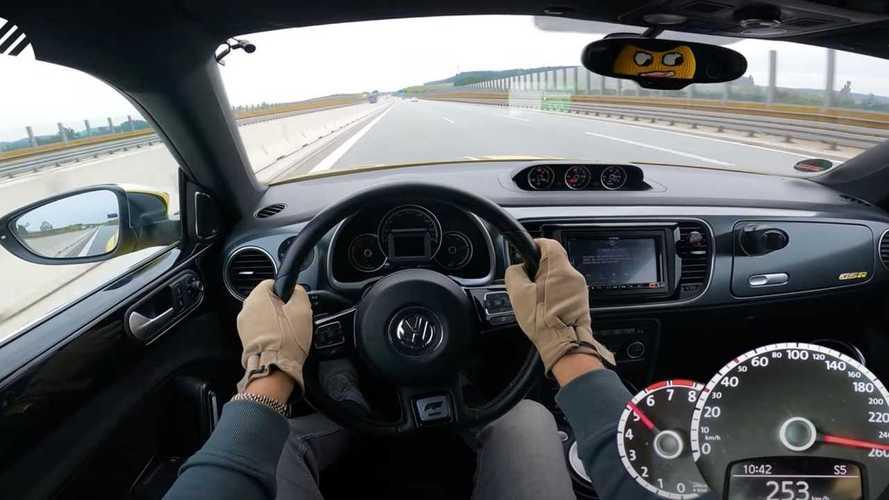 Ritka VW Bogár gyorsul a német autópályán (videó)