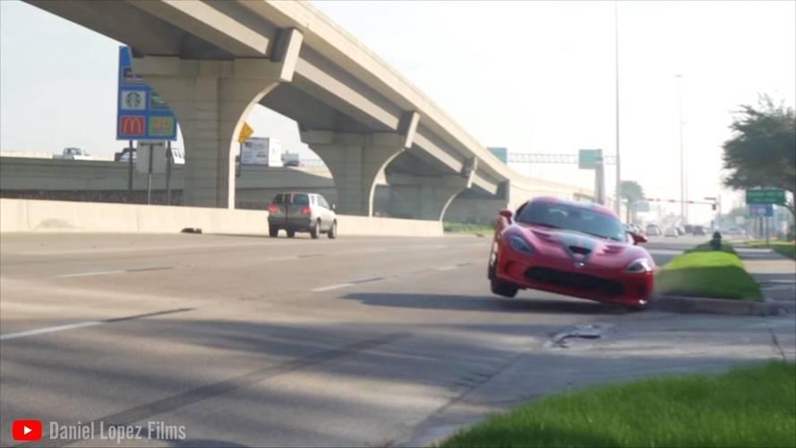 Kárörvendők hada és egy rendesen megpadkázott Dodge Viper