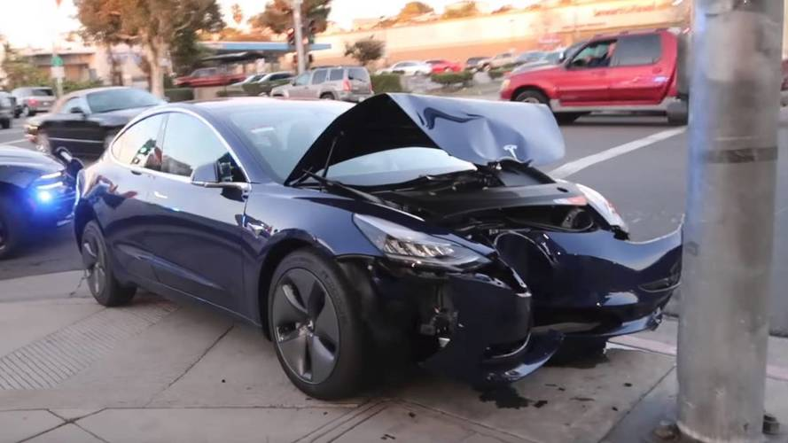 Tesla Model 3 crashes into pole