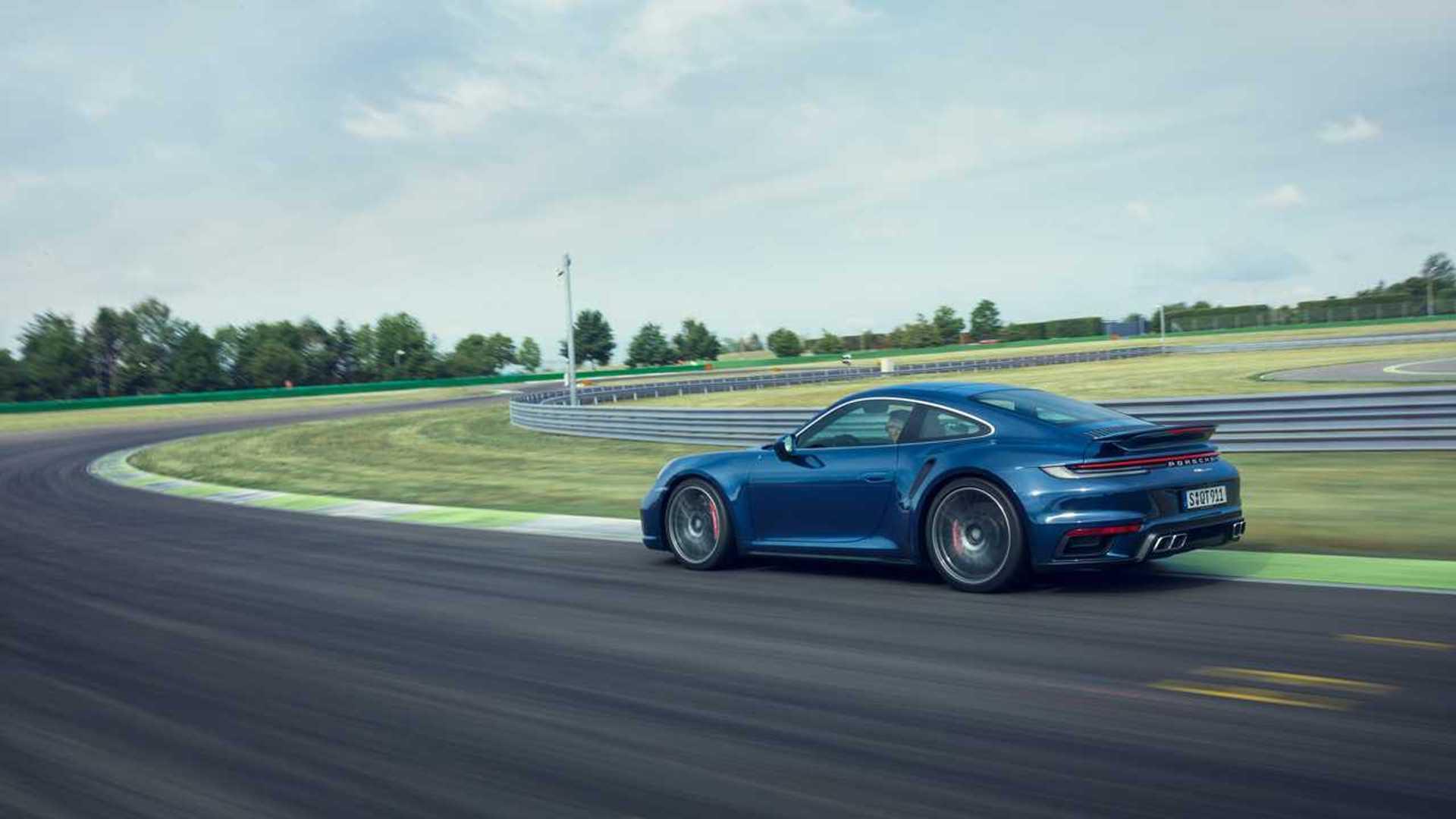 Porsche 911 Turbo S ve McLaren 720S'in yarışında kazanan kim olacak?