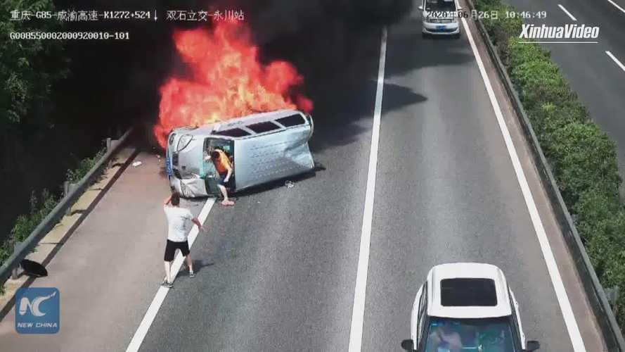 Videó: Hősies közbeavatkozásnak hála menekült meg három utas egy égő autóból Kínában